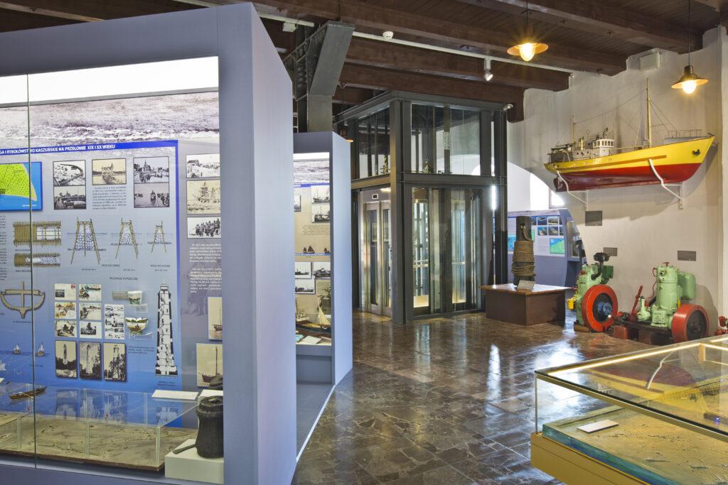 Ekspozycja Muzeum Rybołówstwa w Helu poświęcona dziejom rybołówstwa helskiego na przełomie XIX i XX wieku oraz wysokoprężne silniki łodziowe z lat 70-tych i 80-tych XX wieku.